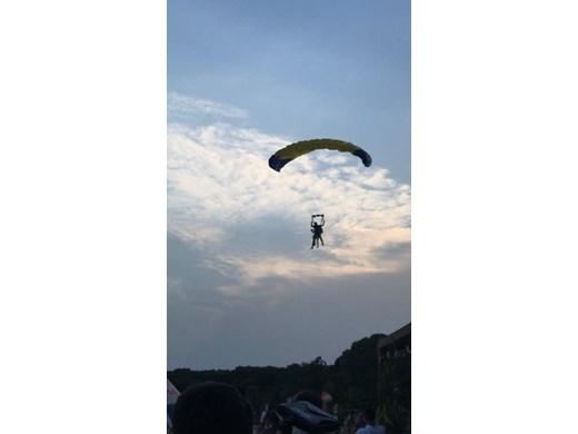 """Певицата Керана кацна с парашут пред сцената на фестивала """"Сънленд"""""""