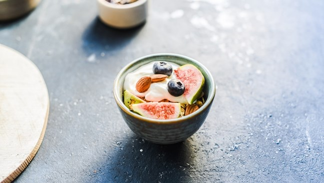 Десерт с цедено кисело мляко и смокини