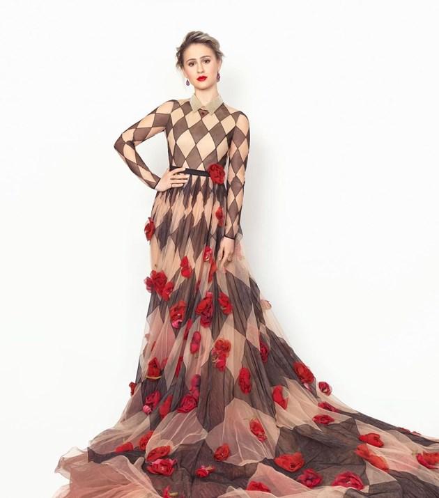 500 часа правят роклята на Бакалова