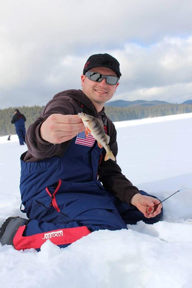 Светът полудя по Родопите на шампионата по риболов на лед