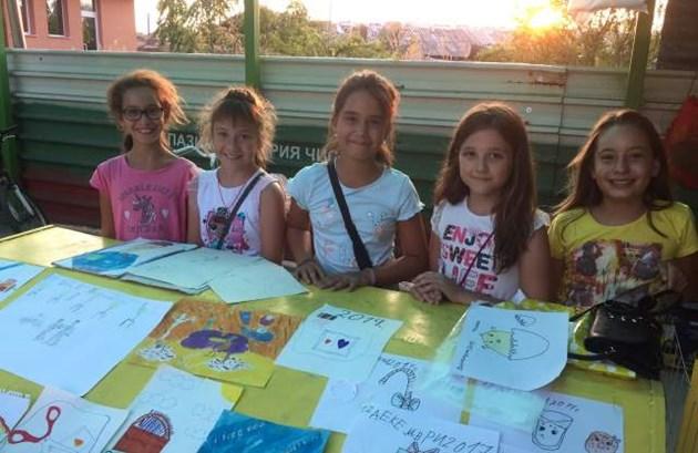 Деца продават рисунки за кувьози