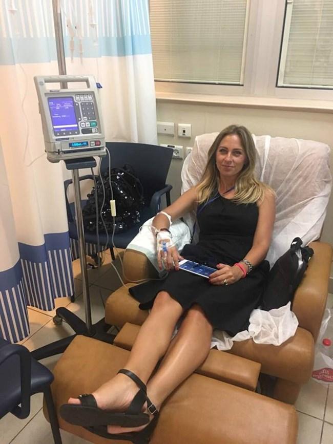 Нана се снима на първата си химиотерапия от втората битка с рака. Снимки: ЛИЧЕН АРХИВ