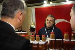 Турският пчелар Гюнай Гюнджуз, открил и предлагащ елфийски мед. Снимка: източник Facebook