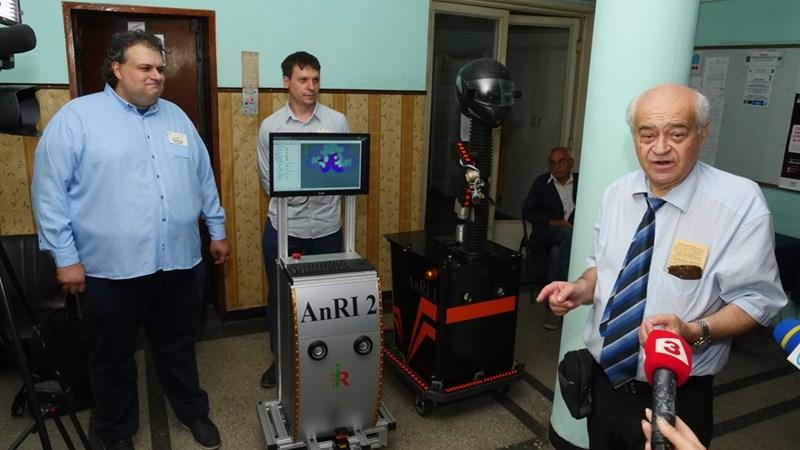 Проф. Роман Захариев (вдясно) показва сервизните роботи.