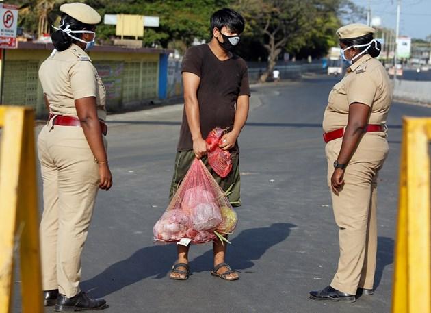 Бой с пръчка за неспазване на карантината в Индия