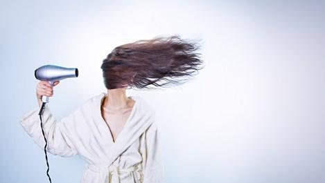 Защо не бива да лягаме с мокра коса