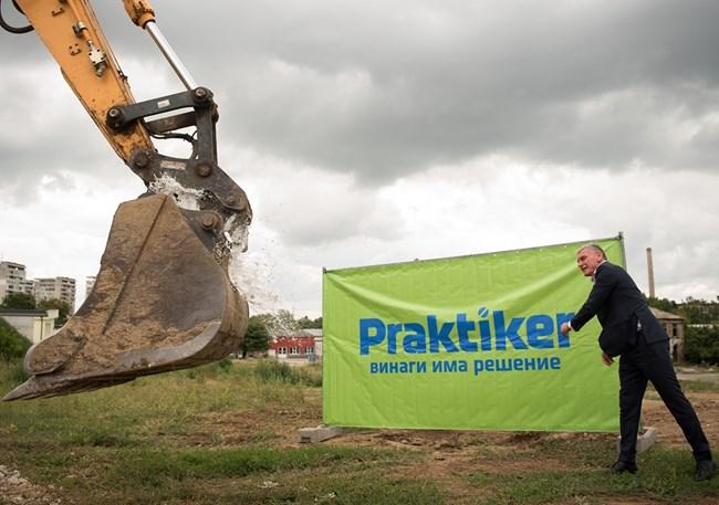 """Жельо Добрев, управител на строителна фирма """"Автострой"""", ритуално разбива бутилка шампанско в кофата на багера"""